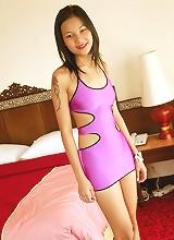 Skinny Asian beauty strips to show her pretty body!