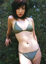 Sultry gravure idol babe looks incredibly beautiful in her bikini