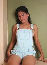 Buxom Filipina teaser Toni shows off her winning breasts